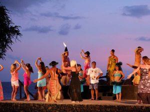 Hula dansen op palmenstrand